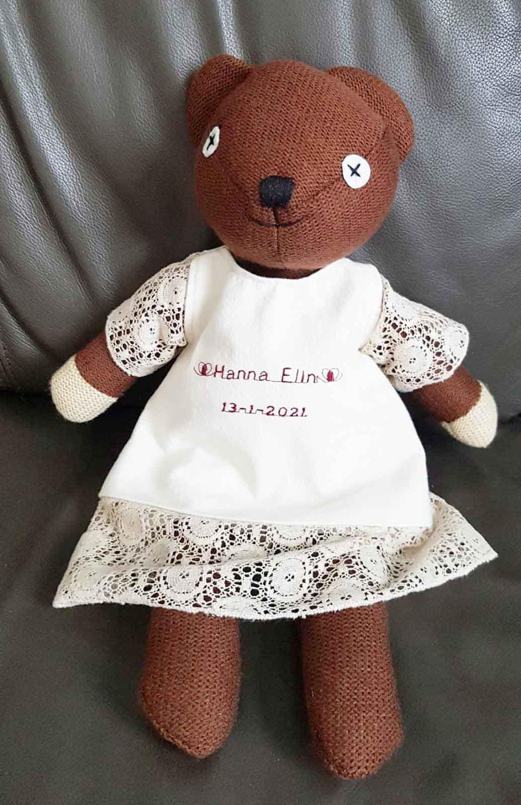 Bruin popje met ecru kleertjes aan
