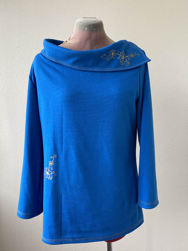Blauwe trui met goedkleurige bloem
